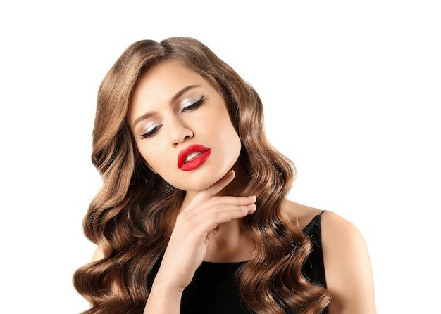 Hermosa mujer joven con pelo largo ondulado sobre superficie blanca
