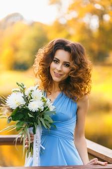 Hermosa mujer joven con pelo largo y rizado