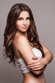 Hermosa mujer joven con pelo largo.