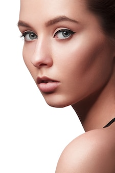 Hermosa mujer joven con la piel limpia y fresca. cosmetología