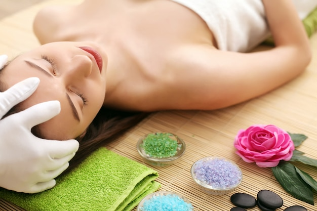 Hermosa mujer joven con piel limpia fresca toque propio rostro. tratamiento facial . cosmetologia, belleza y spa