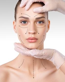 Hermosa mujer joven con piel limpia y fresca. tratamiento facial