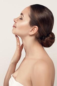 Hermosa mujer joven con piel limpia y fresca