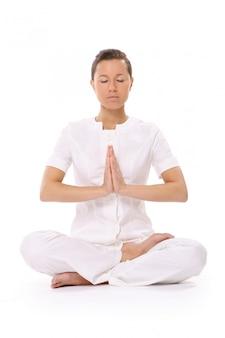 Una hermosa mujer joven en pose de yoga