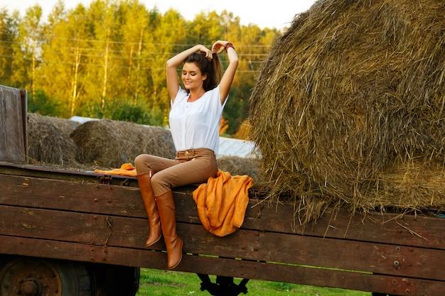 Hermosa mujer joven en el pueblo