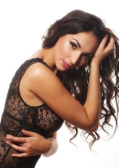 Hermosa mujer joven seductora en lencería sexy aislada en blanco