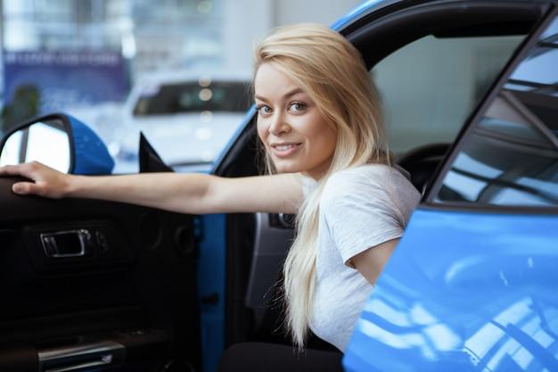 Hermosa mujer joven sonriendo a la cámara