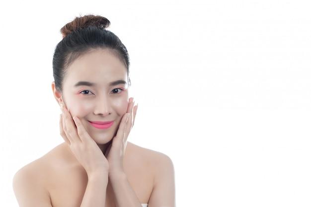 Hermosa mujer joven con una sonrisa feliz expresiones faciales y gestos a mano, conceptos de belleza y spa