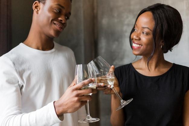 Hermosa mujer y joven tostado vino