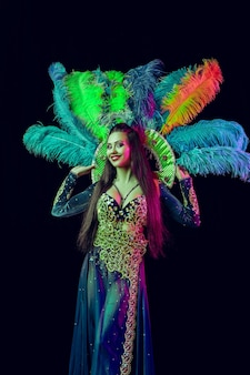 Hermosa mujer joven en traje de pavo real de carnaval