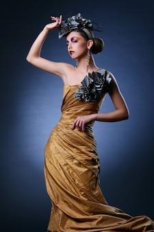 Hermosa mujer joven en vestido elegante