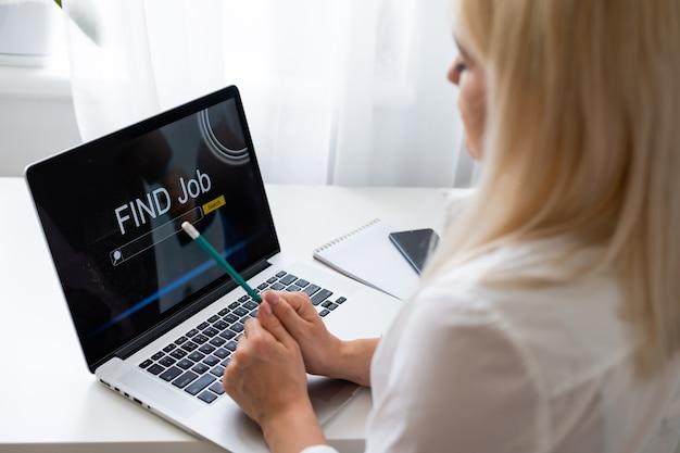 Hermosa mujer joven con videoconferencia a través de computadora. llamada grupal. oficina en casa. quédese en casa y trabaje desde el concepto de casa durante la pandemia de coronavirus