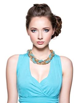 Hermosa mujer con joyas de maquillaje de noche y moda de belleza.