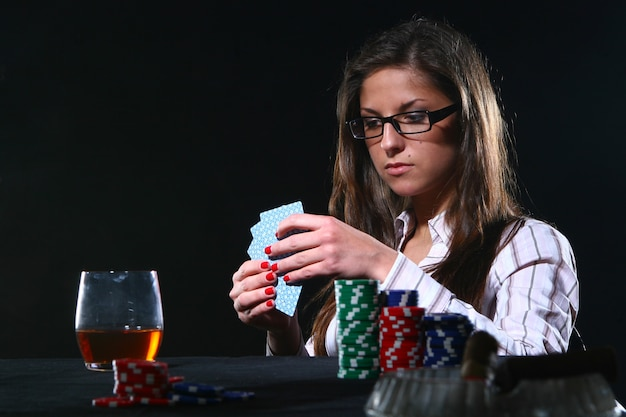 Hermosa mujer jugando al poker