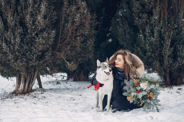 Hermosa mujer jugando con un perro