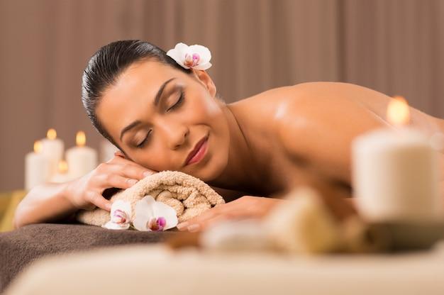 Hermosa mujer latina relajante en el spa de belleza