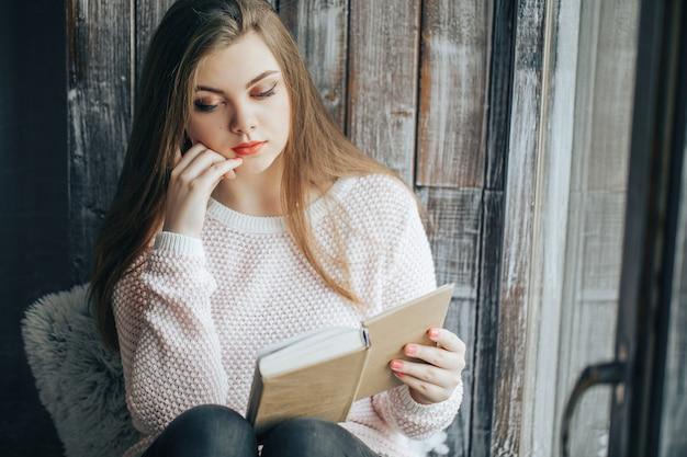 Hermosa mujer lee un libro