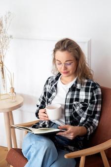 Hermosa mujer leyendo un libro