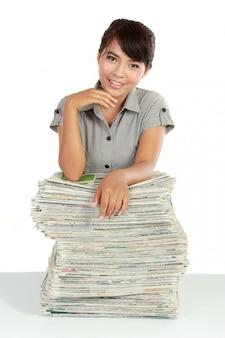 Hermosa mujer leyendo periódico fresco