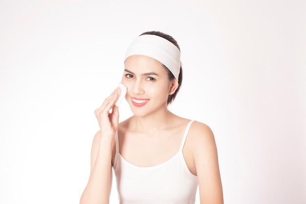 Hermosa mujer limpiando su cara