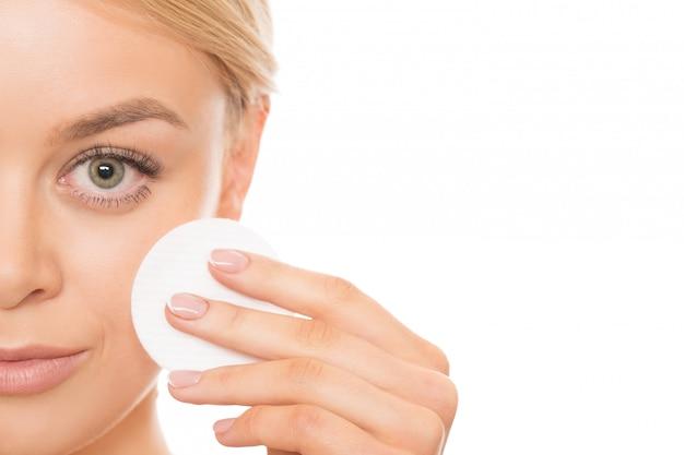 Hermosa mujer limpiando su piel