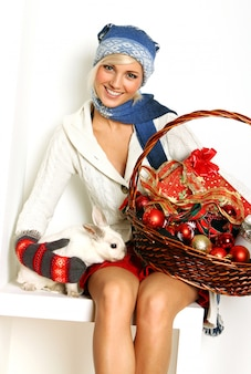 Hermosa mujer y lindo conejo