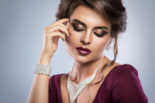 Hermosa mujer lleva hermosas joyas