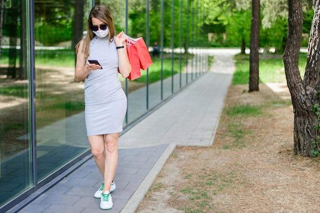 Hermosa mujer llevando bolsas de compras