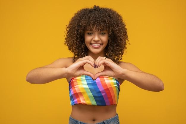 Hermosa mujer luchando contra los prejuicios