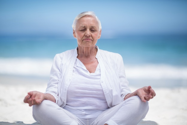 Hermosa mujer madura meditando