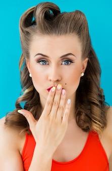 Hermosa mujer con mano en sus labios