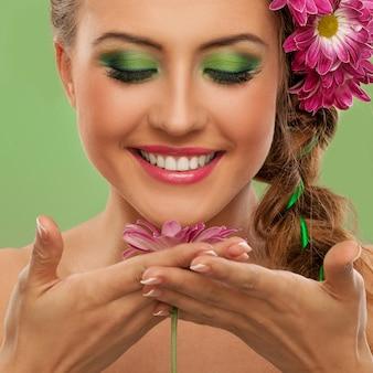 Hermosa mujer con maquillaje y flores.
