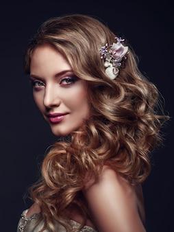 Hermosa mujer con maquillaje de noche y cabello largo ondulado