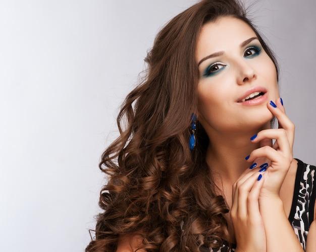 Hermosa mujer con maquillaje de noche. joyería y belleza. foto de moda