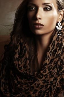 Hermosa mujer con maquillaje de noche. joyería y belleza.