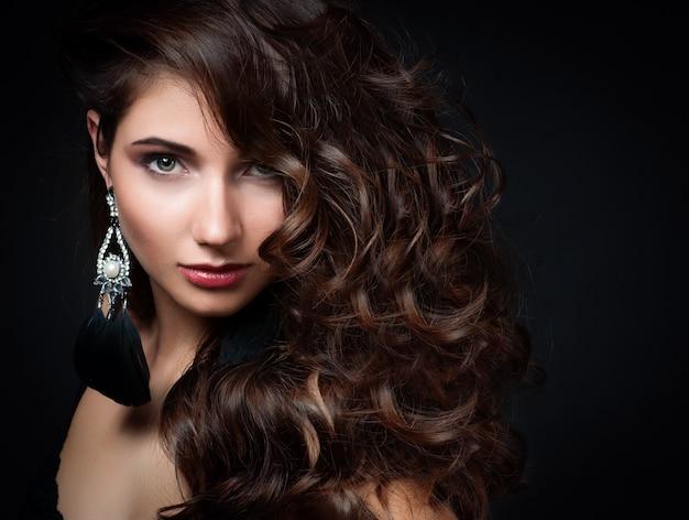 Hermosa mujer con maquillaje de noche.