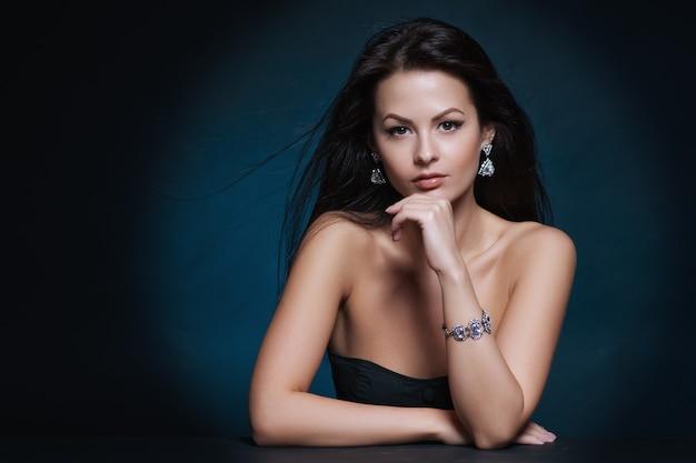 Hermosa mujer con maquillaje de noche