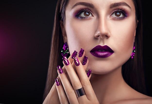 Hermosa mujer con maquillaje perfecto y manicura con joyas.