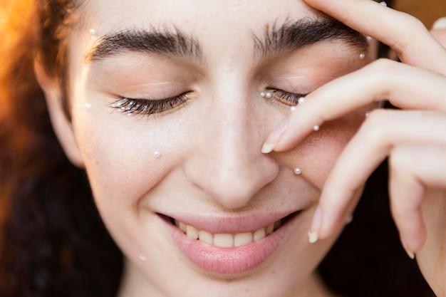 Hermosa mujer con maquillaje de perlas