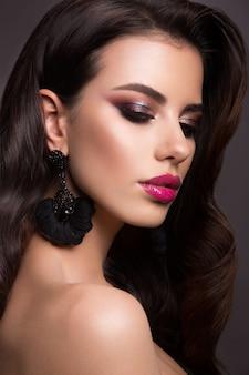 Hermosa mujer con maquillaje profesional. labios rosados