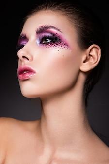 Hermosa mujer con maquillaje rosa