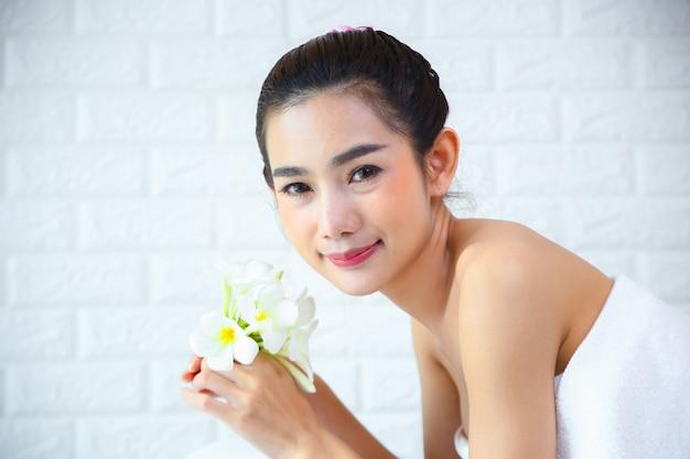 Hermosa mujer con masaje spa
