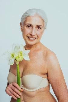 Hermosa mujer mayor con mirada joven y limpia, disparo de belleza