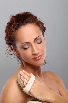 Hermosa mujer de mediana edad se da masajes
