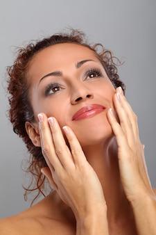 Hermosa mujer de mediana edad con maquillaje
