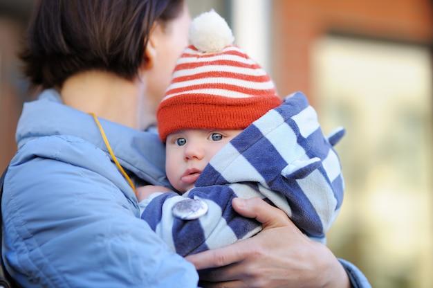 Hermosa mujer de mediana edad y su adorable nieto al aire libre