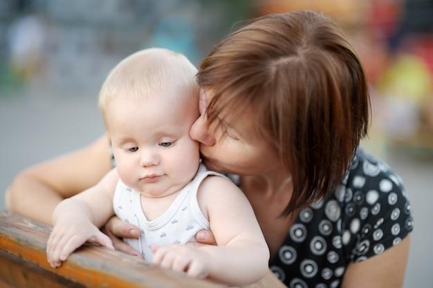 Hermosa mujer de mediana edad y su adorable nieto en la ciudad.