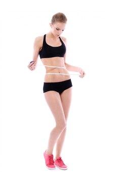 Hermosa mujer midiendo su cintura