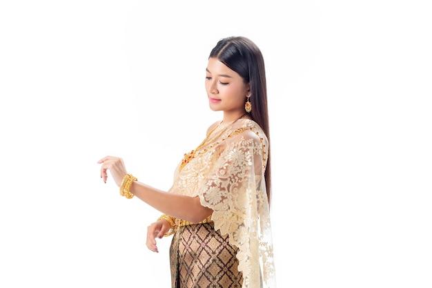 Hermosa mujer mira su mano en traje tradicional nacional de tailandia. isotate