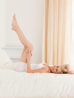 Hermosa mujer mirando sus piernas